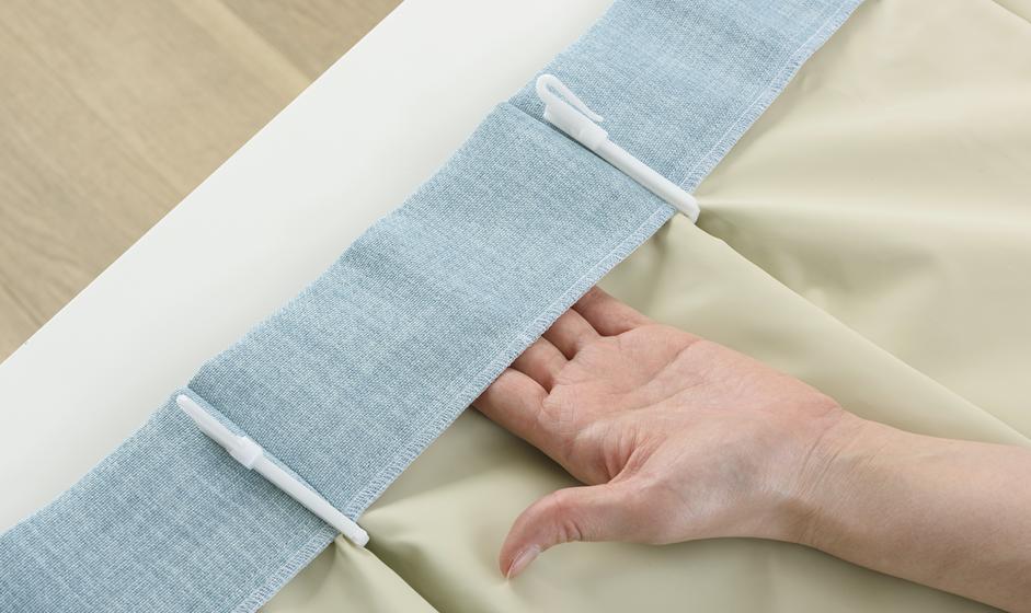 アクリルコーティング加工を行った薄手の遮光生地を、裏地として縫い付けるものです。
