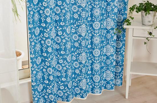 鮮やかな青色に白い花柄が映える完全遮光カーテン