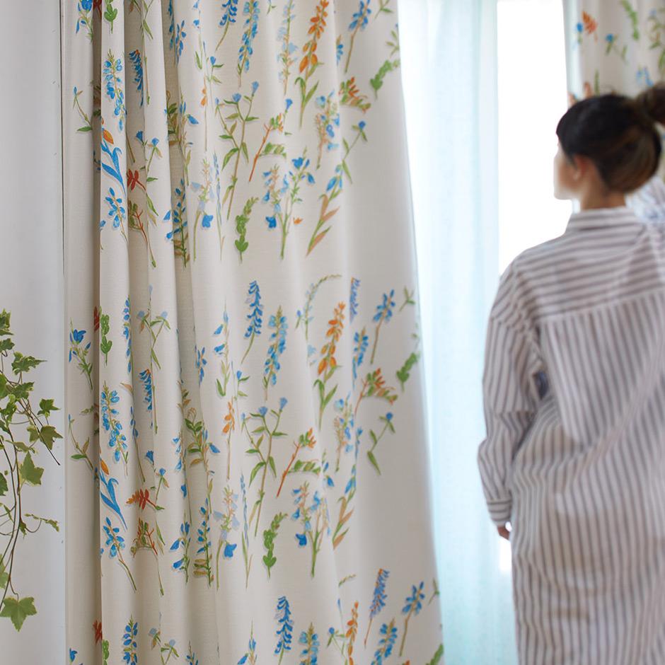 【3級遮光カーテン】鮮やかな水彩タッチの花柄が窓辺を彩る コレット